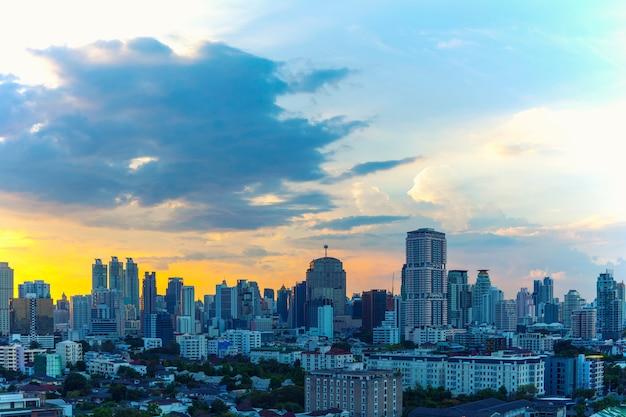 Geschäftsstadtzentrum von bangkok bei sonnenuntergang mit schönem himmel.