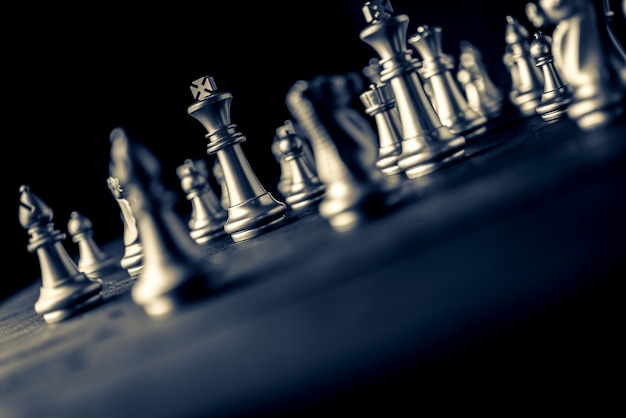 Geschäftsstrategie-lösung des schachbrettspiels mit schwarzem hintergrund