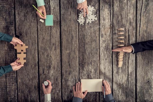 Geschäftsstrategie und brainstorming-konzept mit einem team von sechs geschäftsleuten