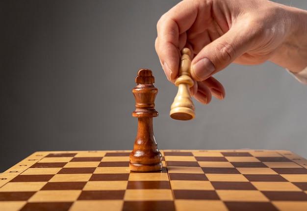 Geschäftsstrategiekonzept. ritter macht den letzten schritt, um schachmatt im schach zu machen, fallender könig.
