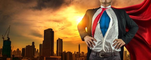 Geschäftssuperheldmann auf der stadt Premium Fotos