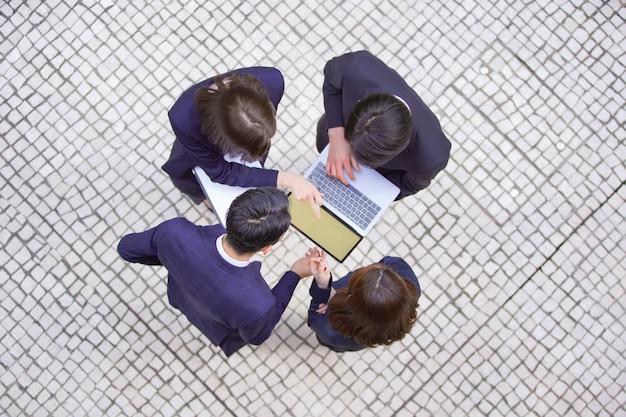 Geschäftsszene, vierköpfiges team, treffen