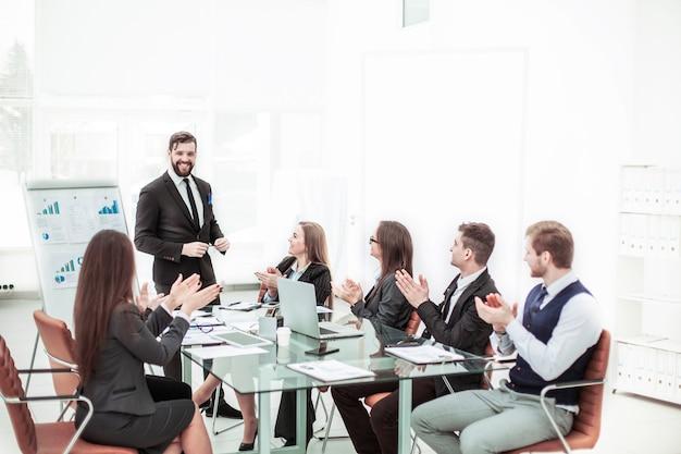 Geschäftsteam applaudiert dem manager bei der präsentation des neuen projekts