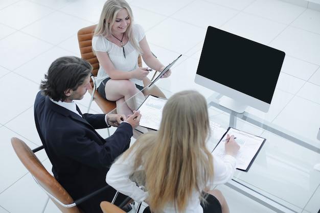 Geschäftsteam arbeitet mit dokumenten in einem modernen büro