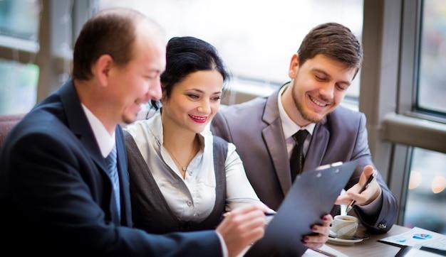 Geschäftsteam arbeitet zusammen, um bessere ergebnisse zu erzielen