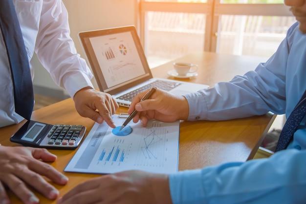 Geschäftsteam-arbeitstreffen-brainstorming-konzept