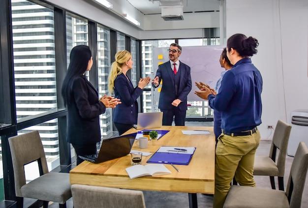 Geschäftsteam-arbeitstreffen in der büroplanung marketing-erfolg