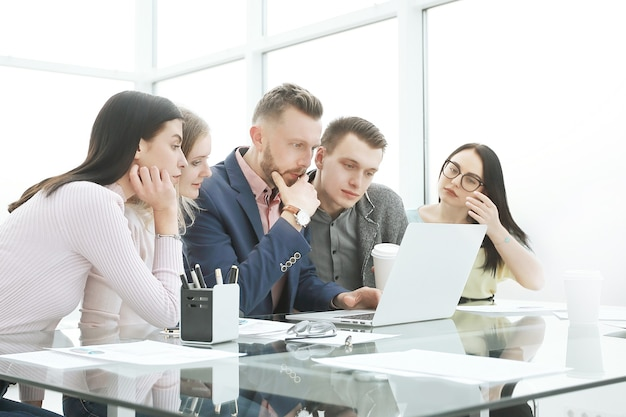 Geschäftsteam bei einem arbeitstreffen im büro. mensch und technik