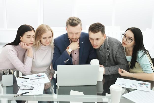 Geschäftsteam bei einem arbeitstreffen im büro