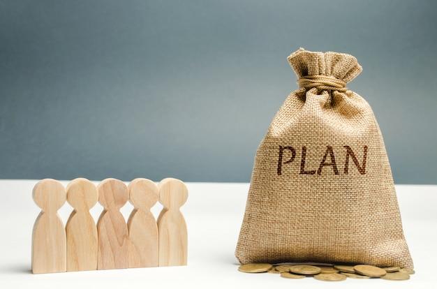 Geschäftsteam besprechen den plan der unkosten und der finanzen. finanzielle investitionen