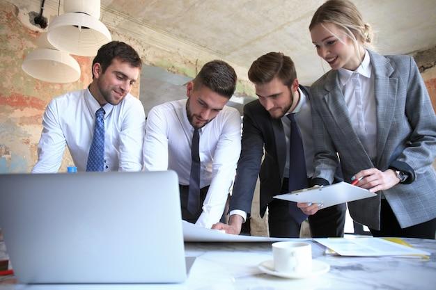 Geschäftsteam, das am laptop arbeitet, um die ergebnisse seiner arbeit zu überprüfen.