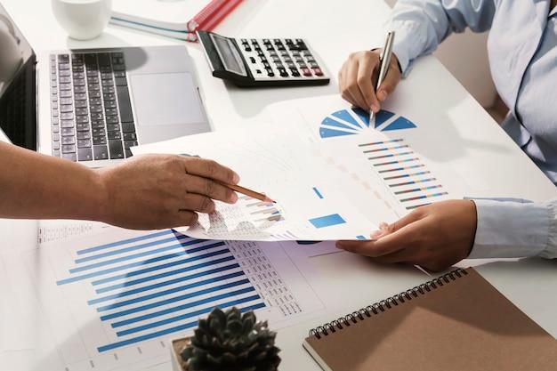 Geschäftsteam, das an der schreibtischprüfung analysiert finanzbuchhaltung im büro arbeitet