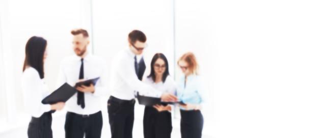 Geschäftsteam, das den arbeitsplan vor dem treffen bespricht. verschwommenes bild für den werbetext. foto mit textfreiraum