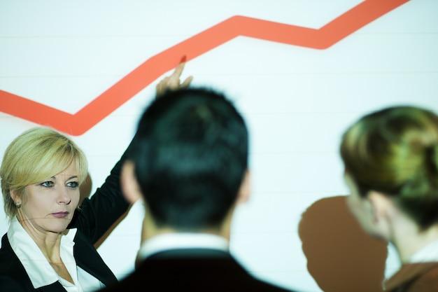 Geschäftsteam, das diagramm bespricht