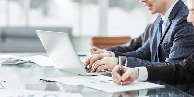 Geschäftsteam, das die analyse von marketingberichten am arbeitsplatz im büro durchführt.
