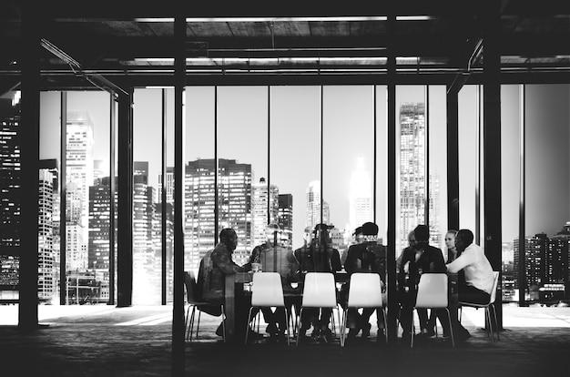 Geschäftsteam, das diskussions-arbeitsplatz-konzept trifft