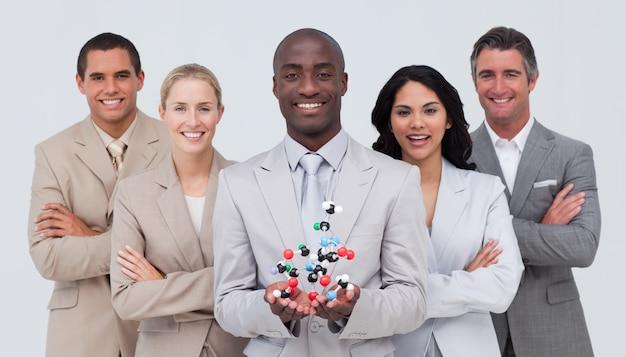 Geschäftsteam, das ein molekülmodell hält. scince und geschäftskonzept