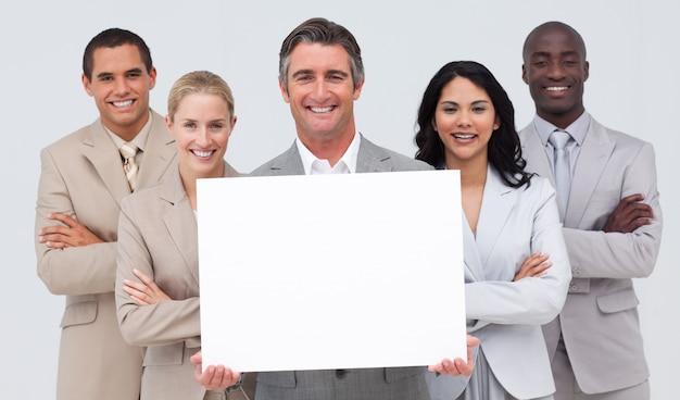Geschäftsteam, das eine weiße karte anhält