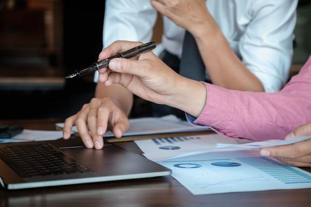 Geschäftsteam, das einkommensdiagramme und -diagramme analysiert
