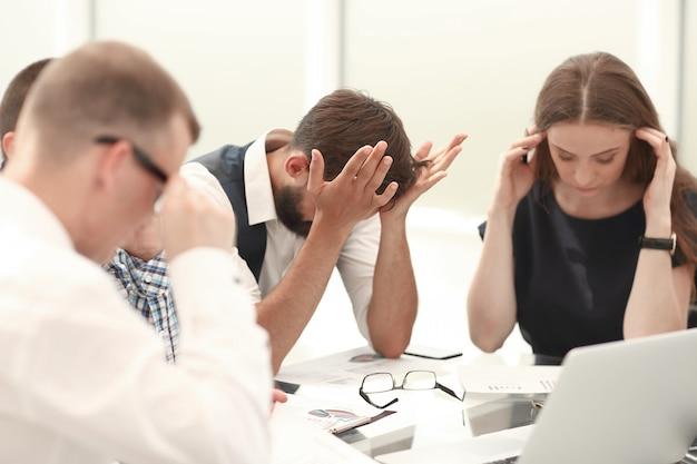 Geschäftsteam, das finanzielle probleme eines neuen start-ups bespricht. büro wochentags