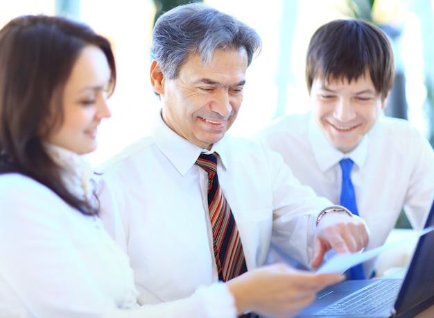 Geschäftsteam, das gemeinsam im büro an seinem geschäftsprojekt arbeitet
