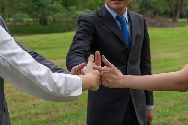 Geschäftsteam, das hand des erfolgssymbols zeigt