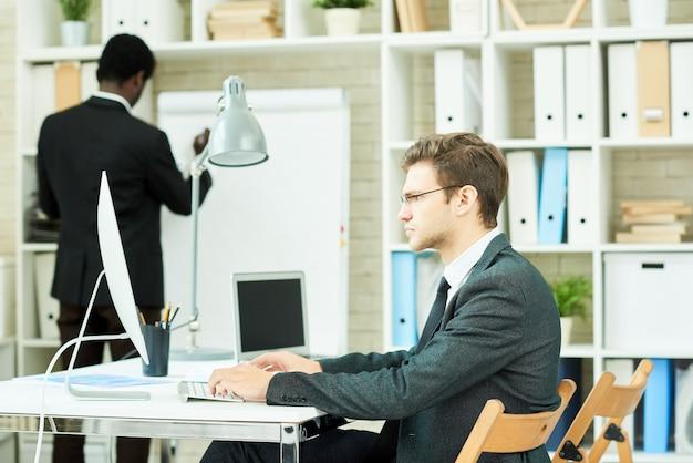 Geschäftsteam, das im büro arbeitet