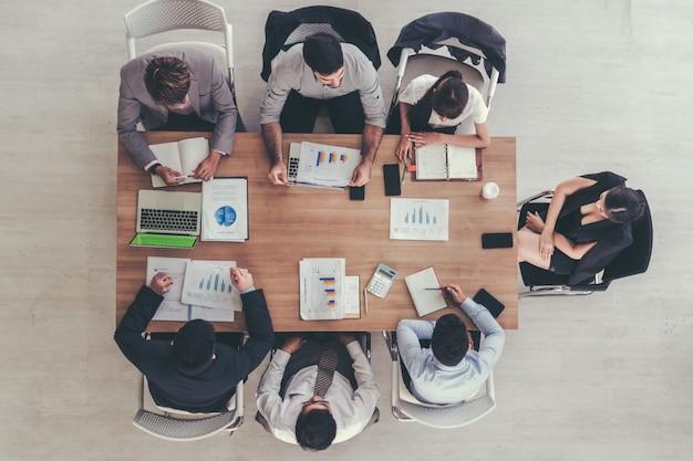 Geschäftsteam, das im modernen büro arbeitet