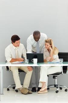 Geschäftsteam, das in einem büro arbeitet