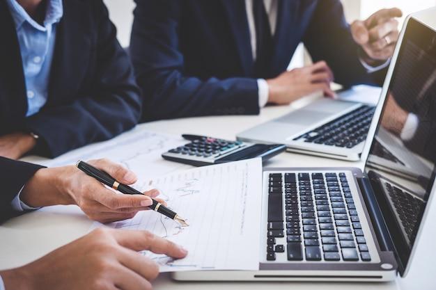 Geschäftsteam, das mit computer, laptop arbeitet, börsenhandel des analysediagramms und besprechen