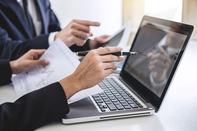 Geschäftsteam, das mit computer, laptop arbeitet und börsehandel des diagramms bespricht und analysiert