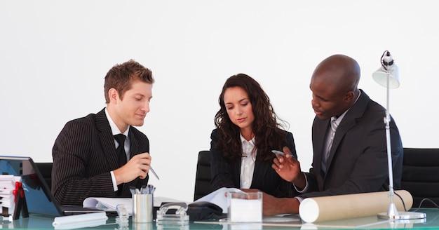 Geschäftsteam, das miteinander in einer sitzung spricht