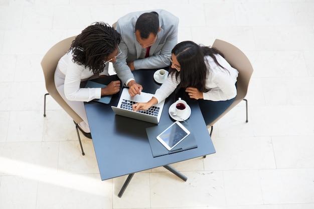 Geschäftsteam, das projektdarstellung aufpasst und bespricht