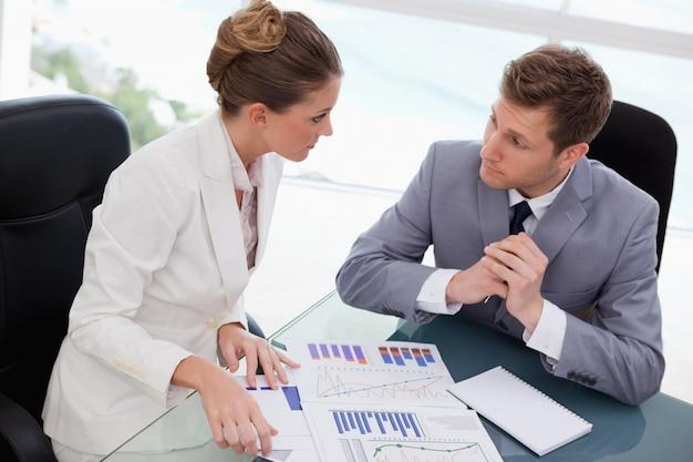 Geschäftsteam, das über marktforschung sich berät