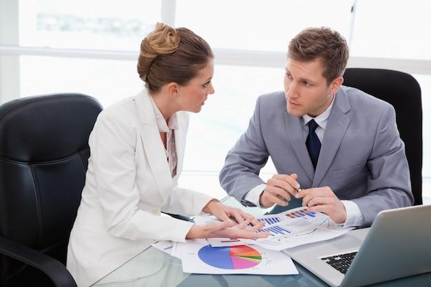 Geschäftsteam, das über marktforschung spricht