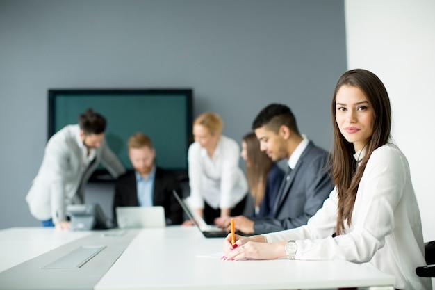 Geschäftsteam, das zusammenarbeitet, um bessere ergebnisse zu erzielen
