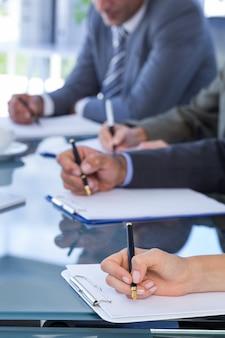 Geschäftsteam, die verträge redacting