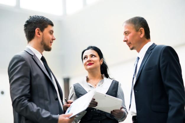 Geschäftsteam diskutiert die neuesten finanzergebnisse