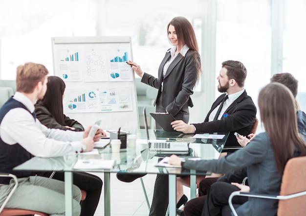 Geschäftsteam diskutiert die präsentation eines neuen finanzprojekts
