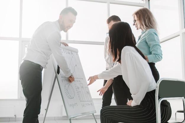Geschäftsteam diskutiert ideen für die entwicklung eines neuen projekts