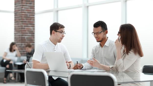 Geschäftsteam diskutiert ideen für eine neue präsentation. büro wochentags