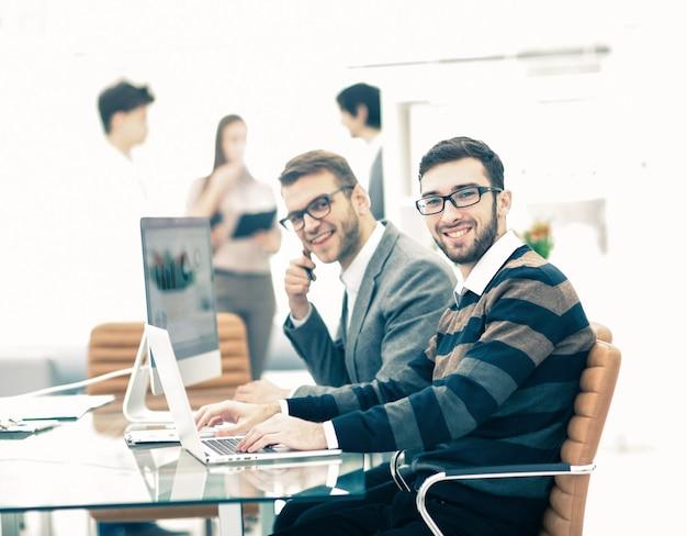 Geschäftsteam diskutiert marketingprogramme