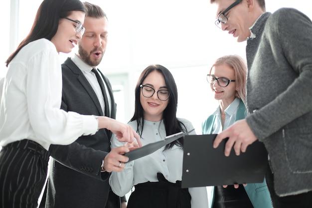 Geschäftsteam diskutiert neue ideen