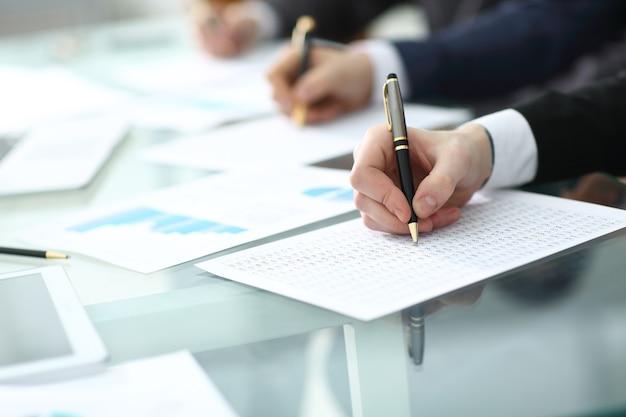 Geschäftsteam diskutiert neues projektbudget