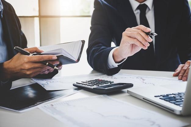 Geschäftsteam-investition, die mit aktienhandel des computers und des analysediagramms arbeitet