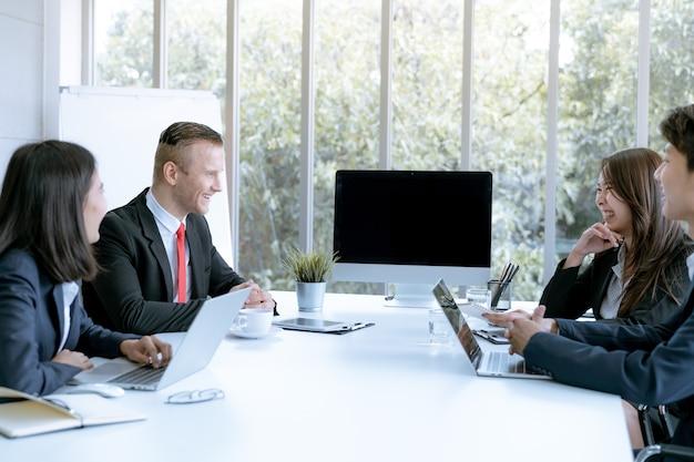 Geschäftsteam-konferenz über den marketing-plan im firmenbüro