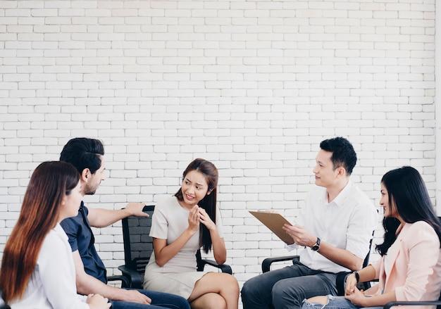 Geschäftsteam mit flipboard im büro diskutieren