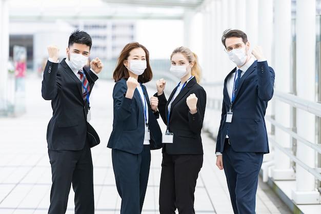 Geschäftsteam trägt masken