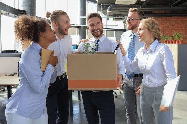 Geschäftsteam trifft einen neuen mitarbeiter in einem modernen großbüro.