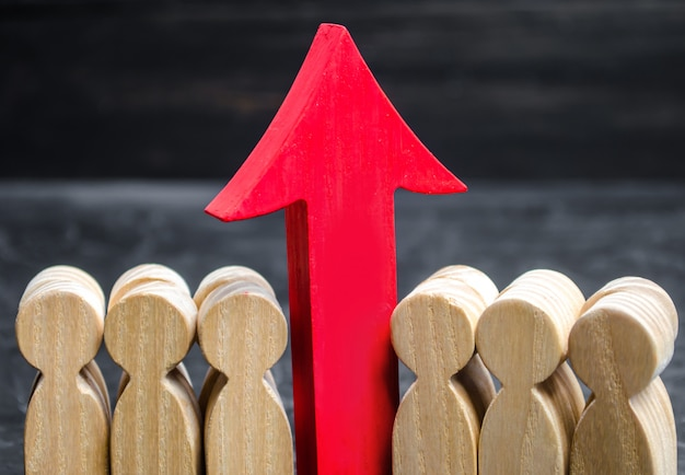 Geschäftsteam und roter hoher pfeil zwischen angestellten. das konzept eines startups.